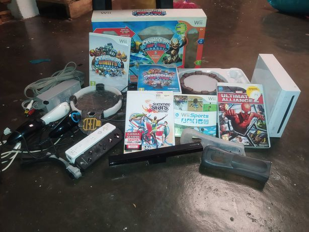 Nintendo wii com 2 comandos e vários jogos.