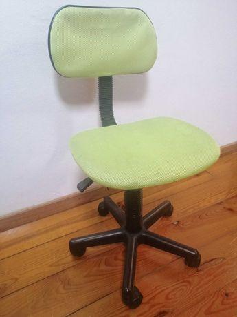 Cadeira de secretária com rodas em tecido verde