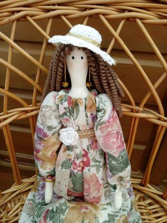 Lalka Tilda w kapeluszu