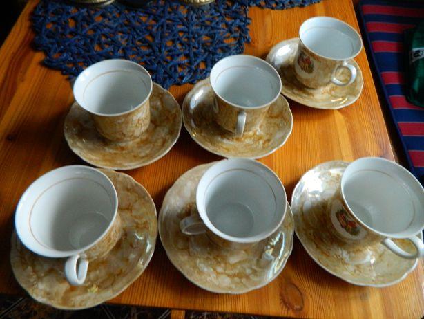 Filiżanki z talerzykami do kawy cukierniczka i dzbanuszek do mleka