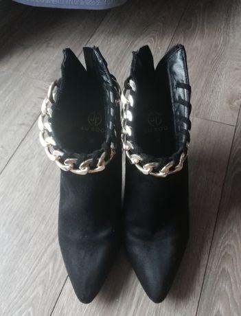 Eleganckie botki na szpilce zdobione łańcuszkiem rozmiar 39