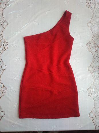 Плаття на одне плече. Сукня червоного кольору.