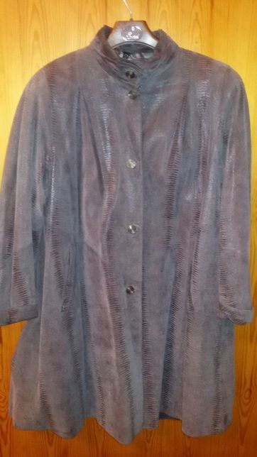 Rozkloszowany płaszcz skórzany ze stójką