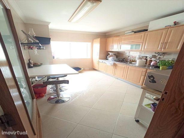Apartamento T3 com 2 garagens fechadas em box no Montenegro, Faro