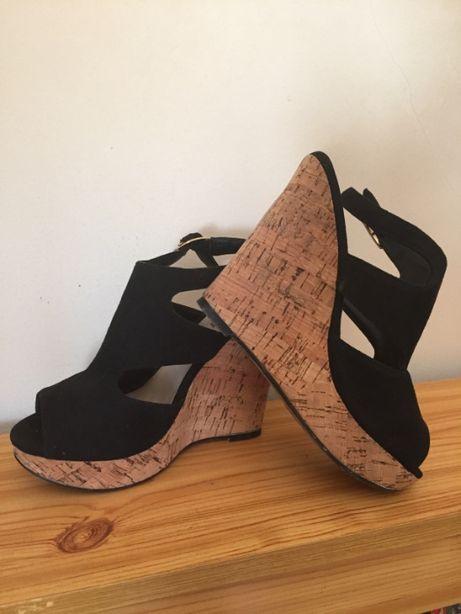 Sandálias pretas de cunha em cortiça. Como novas.