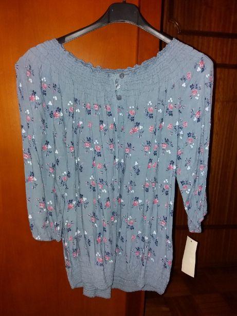 Blusa azul com padrão floral