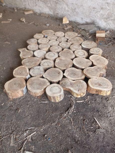 Bruk z drewna. Plastry drewno