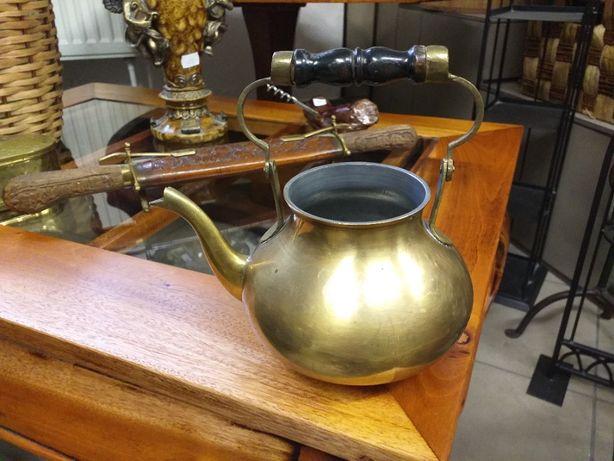 Mosiężny czajnik z drewnianą rączką