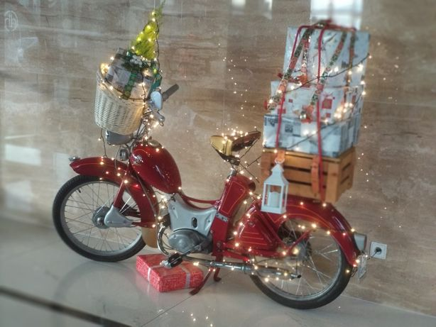 Dekoracja bożonarodzeniowa - stary motor z prezentami w komplecie