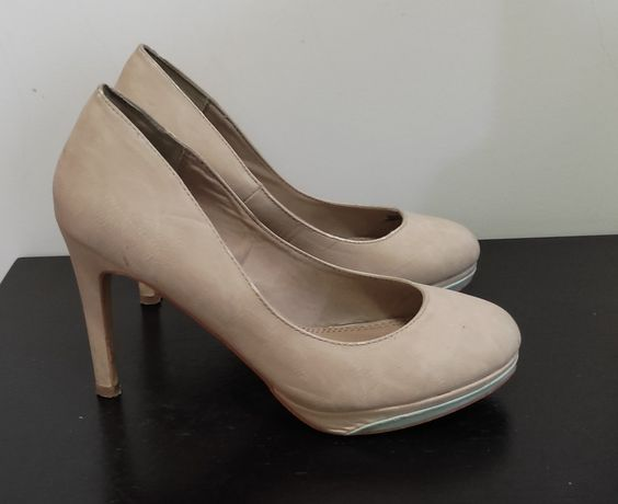Sapatos Fechados nude.
