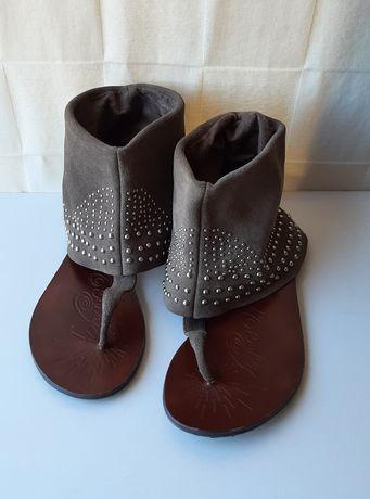 Sandálias rasas bege de camurça verdadeira com tachas prateadas