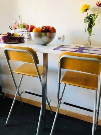Mesa e cadeiras altas de cozinha