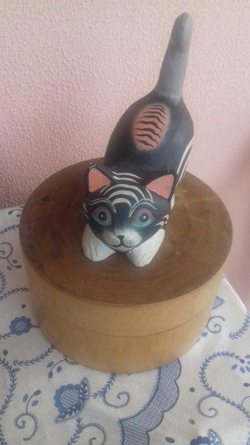 Caixa de madeira com gato