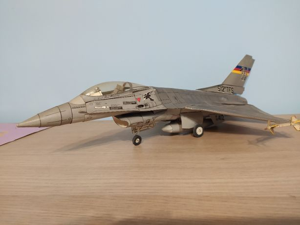 Sprzedam model kartonowy F 16 Falcon skala 1:33 gotowy sklejony