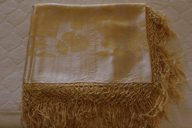 Colcha antiga em Damasco de seda em tom Amarelo com franjas