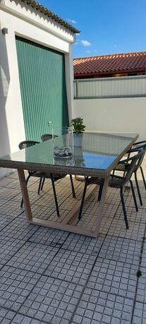 Mesa de jardim com quatro cadeiras