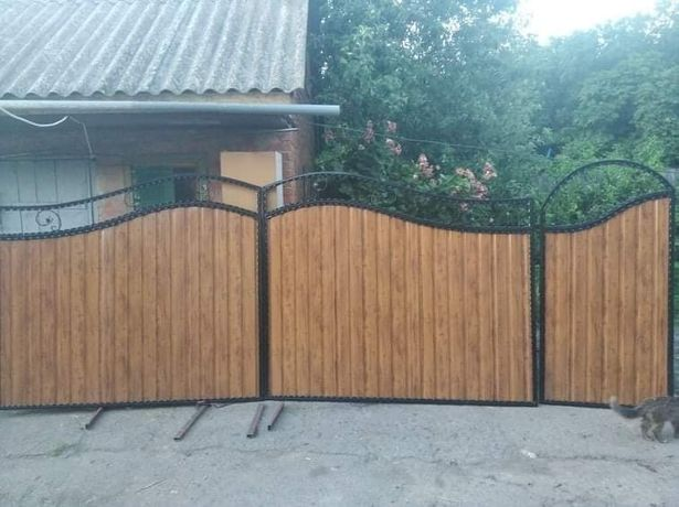 Ворота та паркани з профнастилу