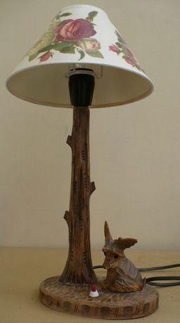 Drewniana lampka nocna z pieskiem