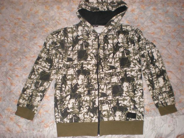 Толстовка, куртка кенгуру и рубашка в клетку.