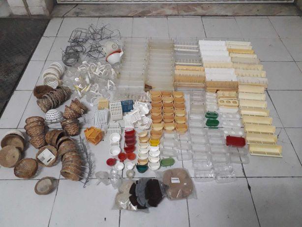vendo ou troco Material variado e varias gaiolas por aves