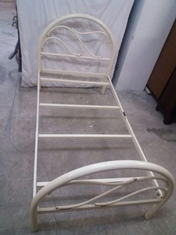 Cama em ferro branca