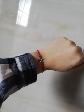 Srebrna bransoletka, aniołek, czerwony sznurek