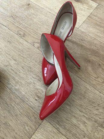 Красные лаковые кожаные туфли