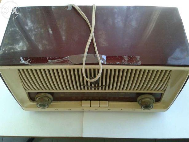 2 Rádios antigos, bacias, jarro, taças, outras antiguidades.