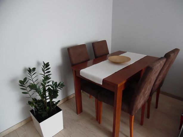 Stół drewniany z krzesłami pilne