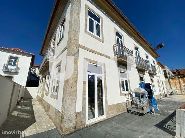 Vende-se T3 duplex em casa emblemática e reabilitada no centro de Oliv