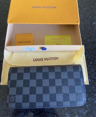 Porta Moedas/Documentos Louis Vuitton em Couro C/Caixa 2 Padrões Disp.
