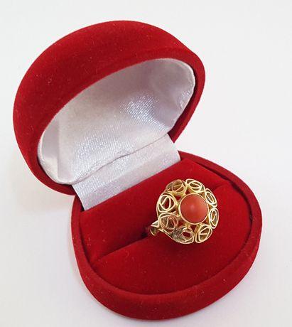 Złoty pierścionek ORNO zdobiony naturalnym koralem rozm. 13