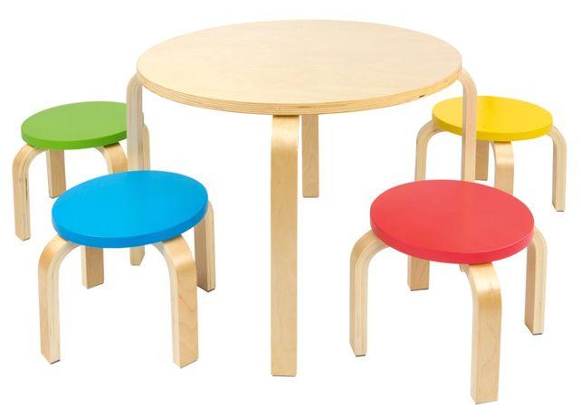 Okrągły drewniany stolik z kolorowymi krzesełkami