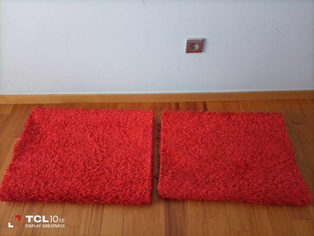 Dois tapetes vermelhos