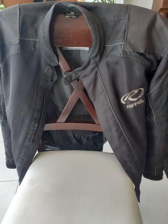 Blusão motarde preto.