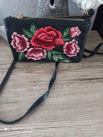 Skórzana czarna pojemna torebka Venezia w haftowane kwiaty
