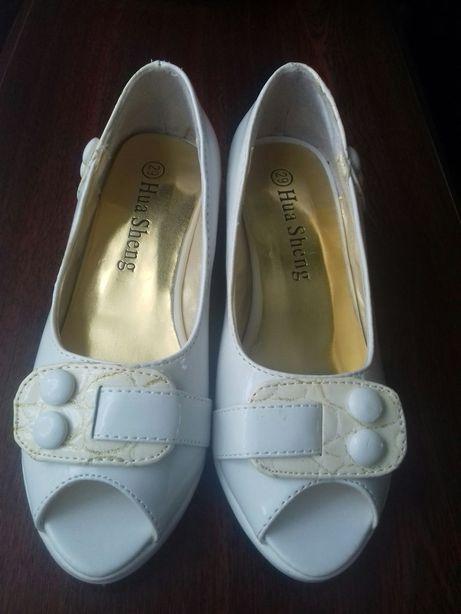 Нові туфлі для дівчинки