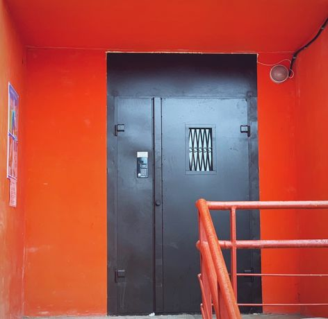 Новые металлические двери с домофонным оборудованием