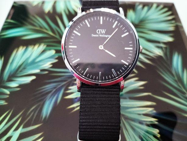Zegarek na czarnym pasku