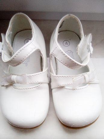 Туфельки білі лакові