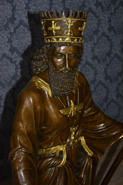 Estàtua de bronze rei persa sobre base de marmore.ÙNICA.