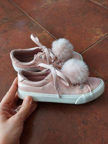 Buty tramki z pomponami różowe 31