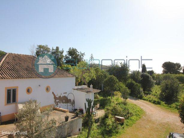 Moradia com terreno grande e ruína perto do Praia da Luz