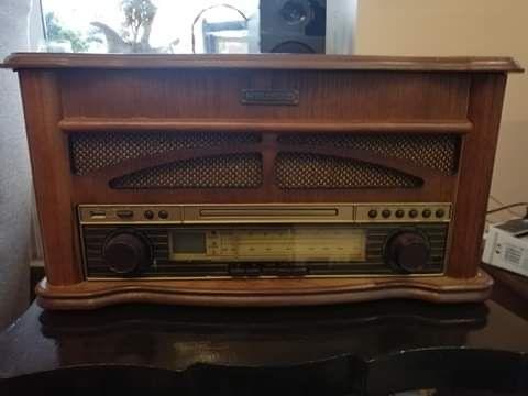Piękne, gustowne radio retro z gramofonem
