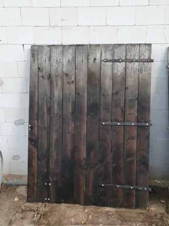Brama drewniana z okuciami