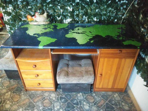 Duże biurko sosnowe z motywem odnowione