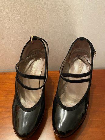 Sapatos pretos de verniz preto