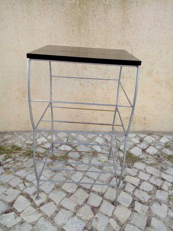 Mesa de apoio. em metal com tampo em Plástico
