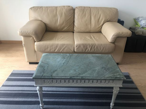 Sofá couro/pele e mesa de centro tampo em mármore