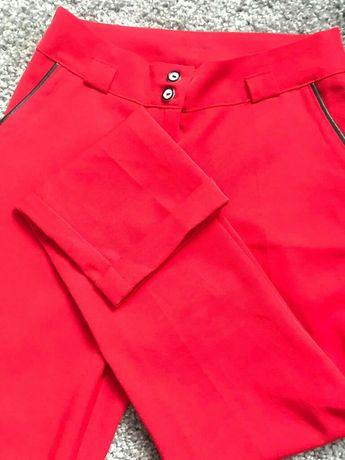 Червоні брюки